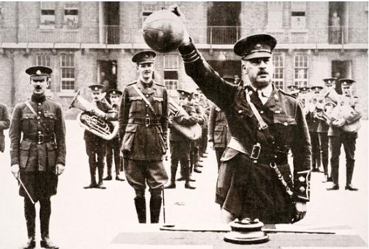 Des soldats partent à l'assaut d'une tranchée en jouant au foot lors de la Guerre 1914-1918