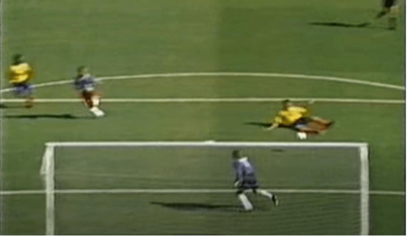 Andrés Escobar, joueur de l'équipe de Colombie, assassiné après avoir marqué un but contre son camp lors de la Coupe du monde 1994