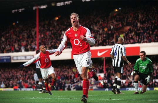 Bergkamp négocie une clause dans son contrat pour ne plus prendre l'avion avec Arsenal