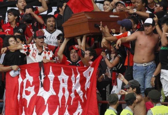 Des supporters emmènent le cercueil de leur ami au stade pour un dernier match