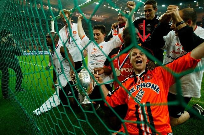 Le célèbre imposteur Rémi Gaillard parvient à soulever la Coupe de France avec les joueurs de Lorient au Stade de France