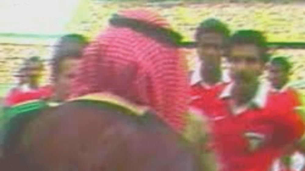 Le cheikh du Koweït descend sur le terrain pour faire invalider un but de la France lors du Mondial 1982