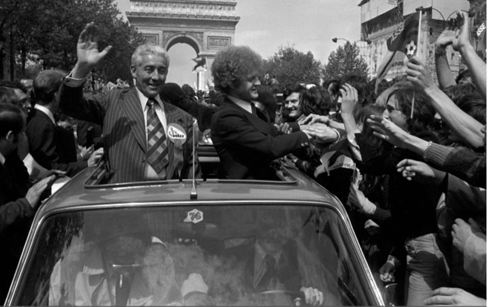Saint-Etienne défile sur les Champs-Elysées après avoir perdu en finale de la Coupe d'Europe 1976