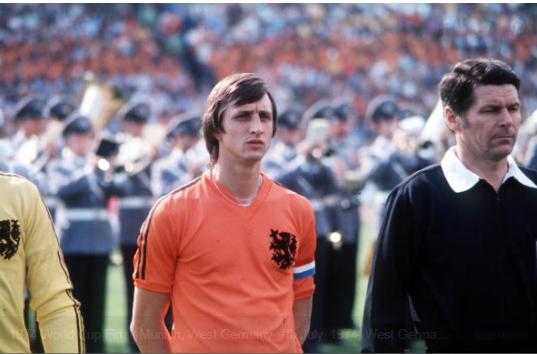 Johan Cruyff se fabrique son propre maillot pour masquer le sponsor lors du Mondial 1974